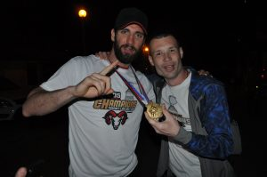 Fanúšik Dano sa teší z dotyku so zlatou medailou.
